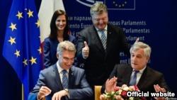 """Ukraynalılara Avropaya vizasız giriş verən """"tarixi sənəd"""" imzalandı"""