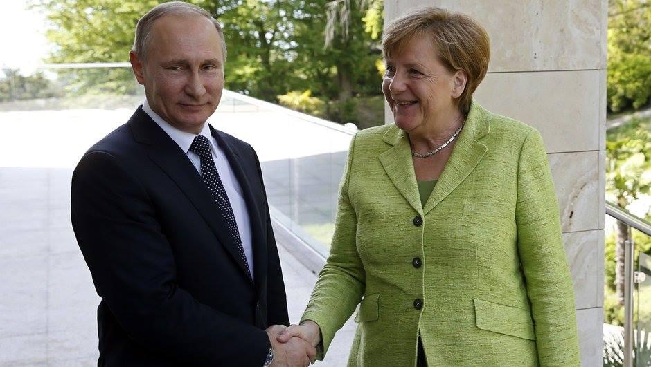 Merkel iki il sonra ilk dəfə Rusiyaya səfər edib