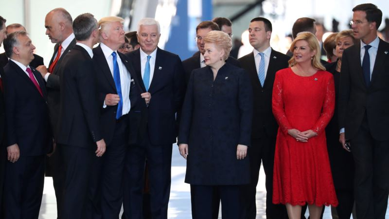Monteneqronun baş naziri Trumpın onu itələməsindən inciməyib