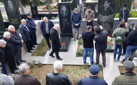Qətlə yetirilən jurnalist Elmar Hüseynov məzarı başında anılıb