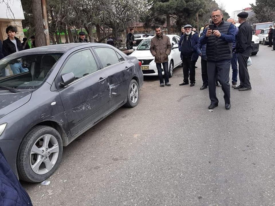 Görüntünün olası içeriği: 1 kişi, ayakta, araba ve açık hava